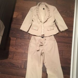 Adorable White House Black Market kacki pantsuit